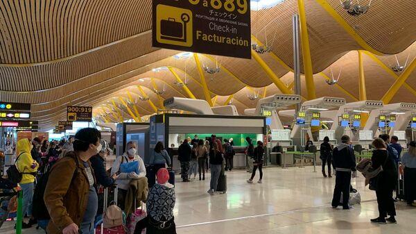 Пассажиры рейса Аэрофлота в Санкт-Петербург и Москву на регистрации в аэропорту Барахас в Мадриде