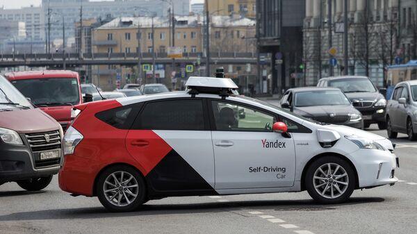 Беспилотный автомобиль Яндекса на Зубовском бульваре в Москве