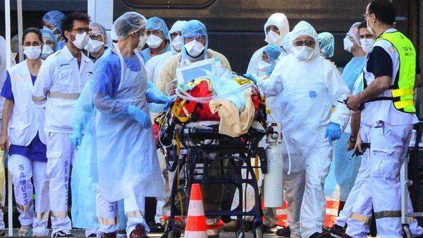 Медицинские работники везут пациента с коронавирусной инфекцией в Бордо, Франция