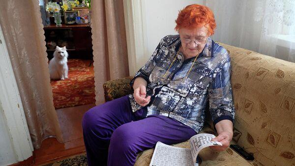 Пожилая женщина у себя дома во время самоизоляции в связи с эпидемией коронавируса