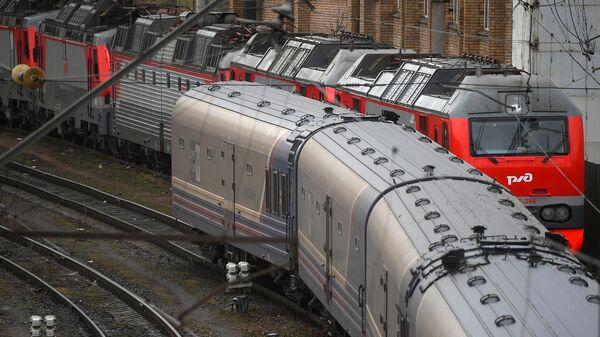 Вид с Русаковской эстакады на пассажирские поезда РЖД