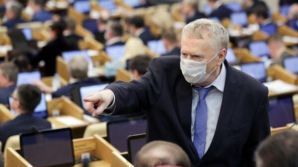 Владимир Жириновский в защитной маске на пленарном заседании Государственной думы РФ