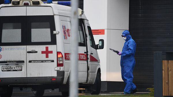 Машина скорой помощи у карантинного центра  в Коммунарке