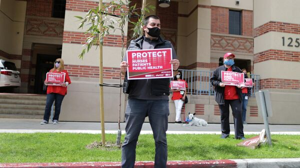 Акция протеста медицинских сотрудников против нехватки средств защиты для медицинского персонала, возле больницы в Калифорнии, США