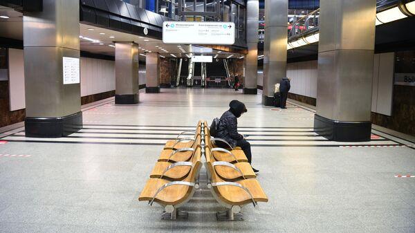 Пассажиры в ожидании поезда на станции Выставочная Московского метро