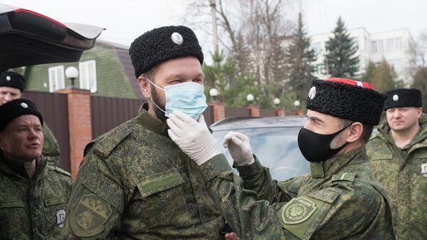 Члены казачьего общества перед патрулированием во время режима самоизоляции