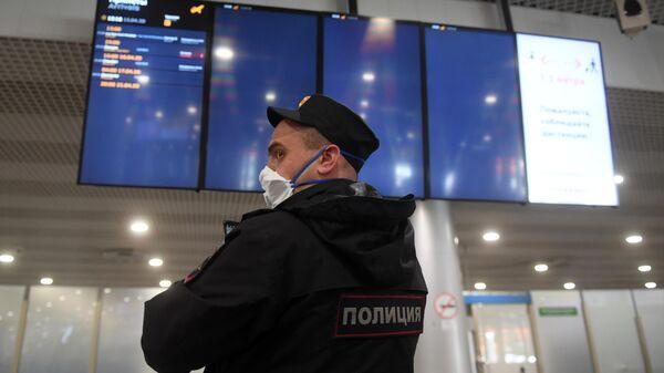 Сотрудник полиции в Международном аэропорту Шереметьево в Москве
