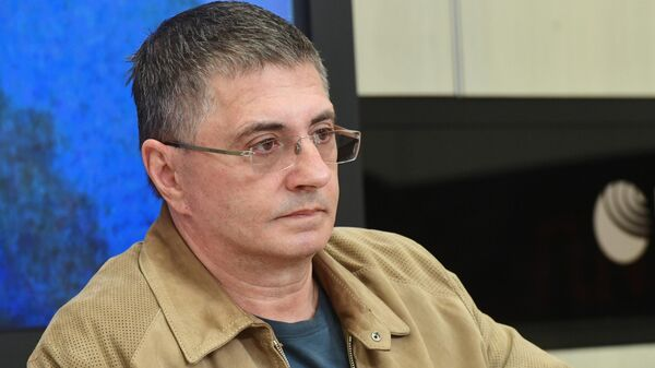 Врач Александр Мясников во время пресс-конференции