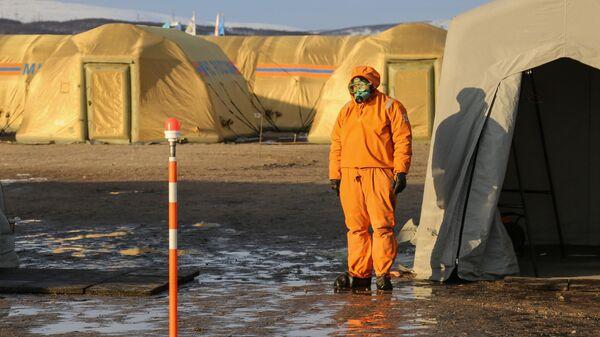 Сотрудник МЧС РФ на территории аэромобильного госпиталя в Мурманской области