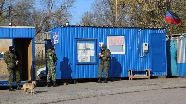Военнослужащие ДНР на КПП на окраине города Горловка в Донецкой области
