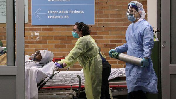 Медицинский персонал во время эпидемии коронавируса в медицинском центре в Бруклине, Нью-Йорка