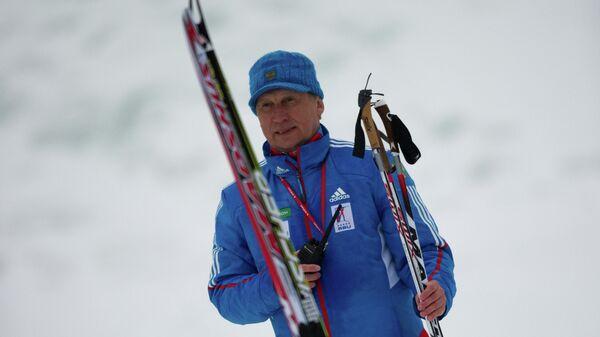 Валерий Польховский наблюдает за ходом гонки