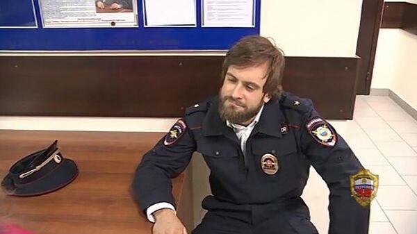 Продюсер Pussy Riot Петр  Верзилов, задержанный за нарушение режима самоизоляции. Стоп-кадр видео