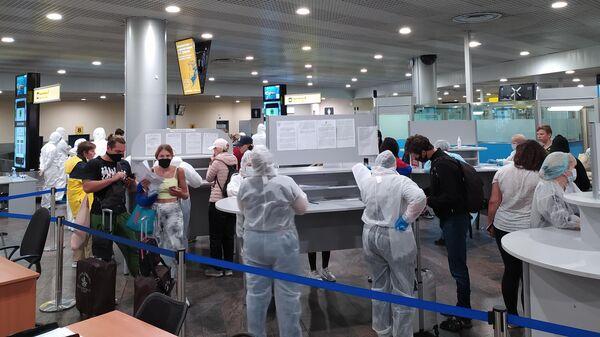 Российские граждане, прилетевшие бортом авиакомпании Россия из Денпасара, в аэропорту Шереметьево