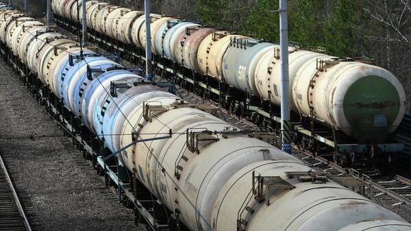 Железнодорожные цистерны для перевозки топлива на станции Дивногорск в Красноярском крае