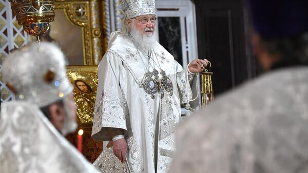 Патриарх Московский и всея Руси Кирилл с Благодатным огнем на праздничном пасхальном богослужении в храме Христа Спасителя в Москве