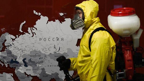 Сотрудник центра по проведению спасательных операций особого риска Лидер МЧС РФ проводит обработку помещений Ярославского вокзала в Москве