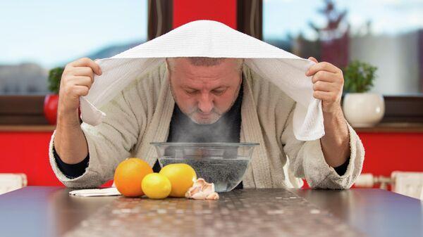Мужчина лечит простуду народными средствами
