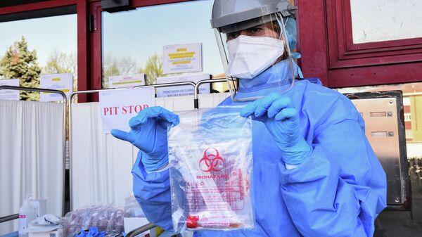 Медицинский работник c тестом на коронавирус