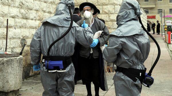 Ортодоксальный еврей разговаривает с сотрудниками службы ритуальных услуг в Иерусалиме