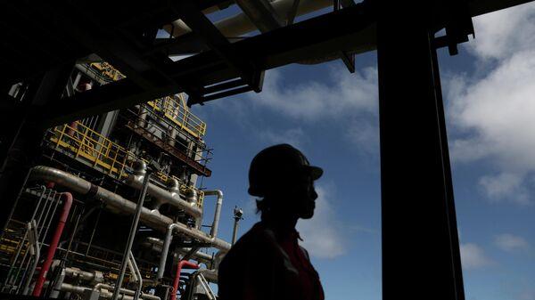 Рабочий на морской нефтяной платформе в Бразилии