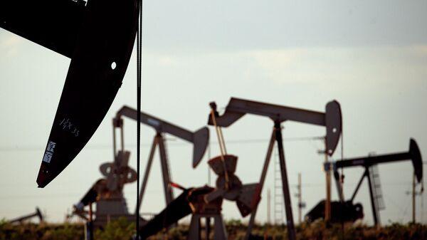 Нефтяные станки-качалки на месторождении недалеко от Ловингтона, штат Нью-Мексико
