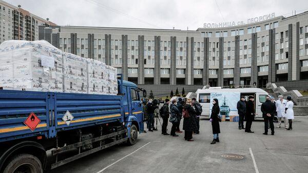 Передача более 5000 защитных костюмов для врачей от Средне-Невского судостроительного завода городской больнице Святого Георгия в Санкт-Петербурге