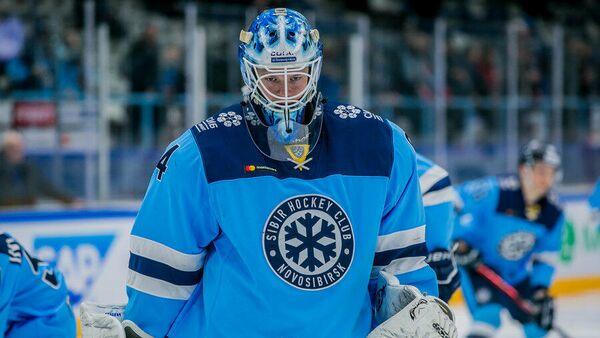 Вратарь хоккейного клуба Сибирь Алексей Красиков