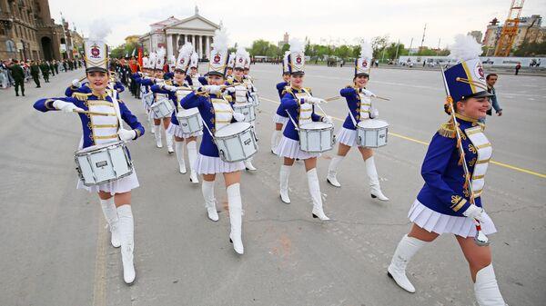 Барабанщицы Волгоградской академии МВД во время репетиции парада Победы на площади Павших Борцов в Волгограде