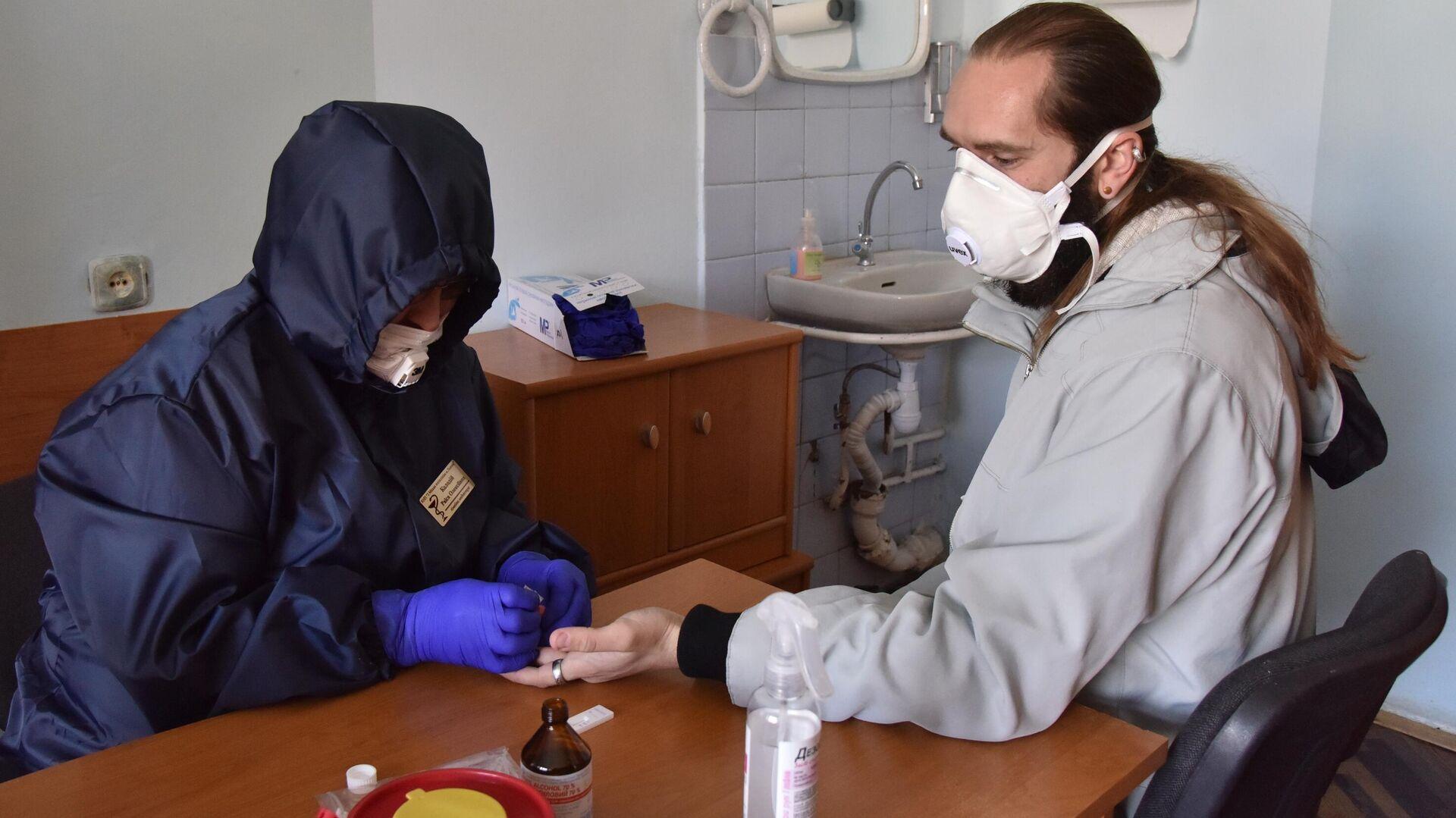 Прохождение экспресс-тестов на выявление коронавируса в одной из районных поликлиник Львова - РИА Новости, 1920, 19.01.2021
