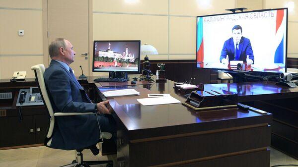 Президент РФ Владимир Путин во время встречи в режиме видеоконференции с губернатором Калининградской области Антоном Алихановым