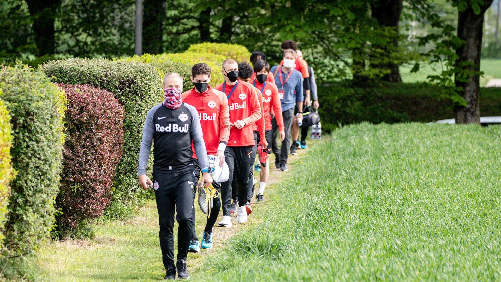 Футболисты Ред Булл Зальцбург выходят на тренировку в защитных масках во время пандемии коронавируса - РИА Новости, 1920, 05.10.2020