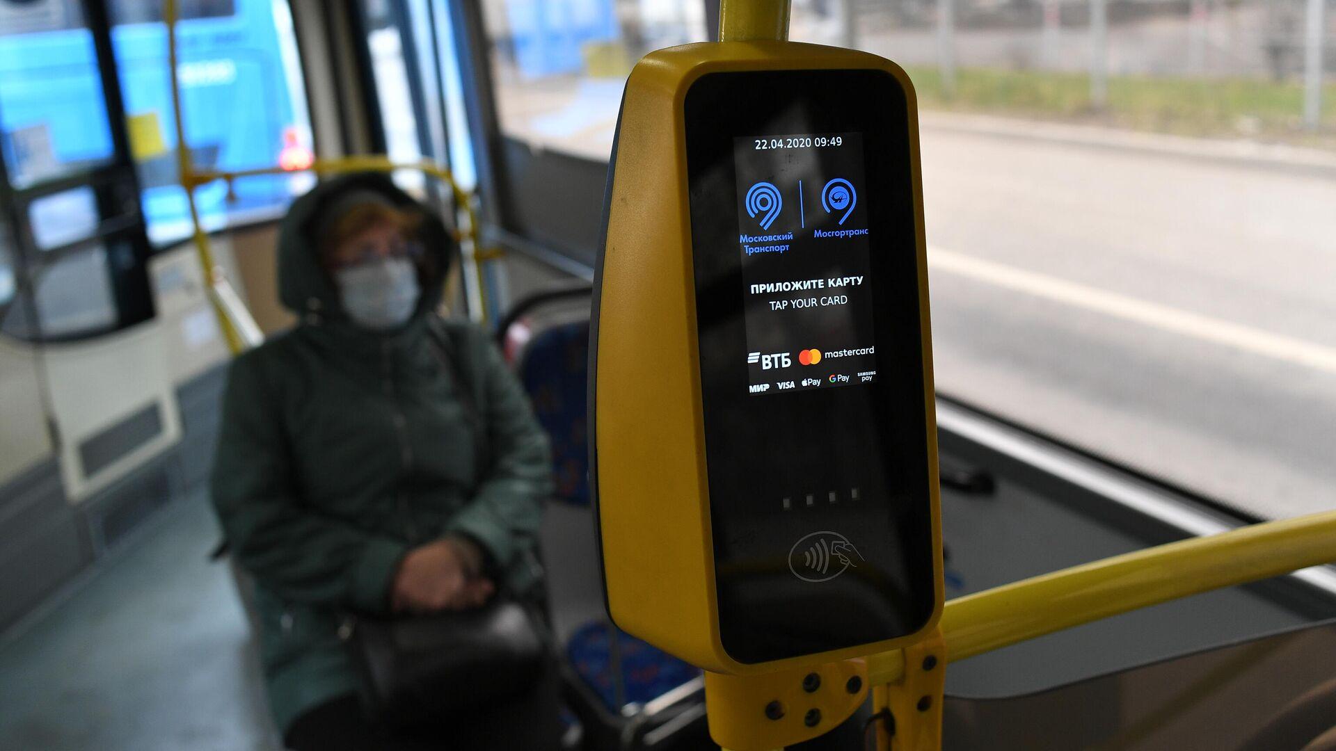 Пассажир в защитной маске в салоне городского автобуса в Москве - РИА Новости, 1920, 09.02.2021