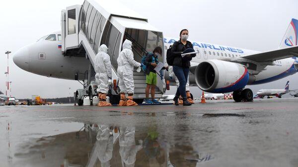 Сотрудники Роспотребназора Республики Татарстан встречают пассажиров самолета авиакомпании Уральские авиалинии, прилетевших из турецкого города Анталия