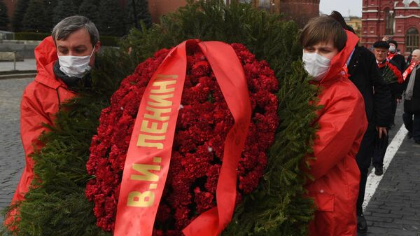 Члены КПРФ возложили цветы к Мавзолею