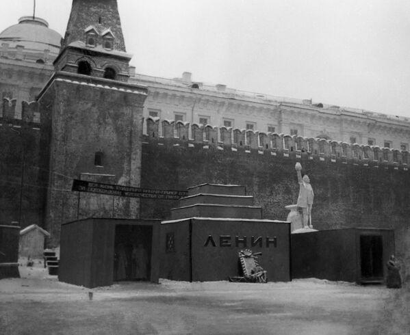 Первый деревянный временный Мавзолей В.И. Ленина