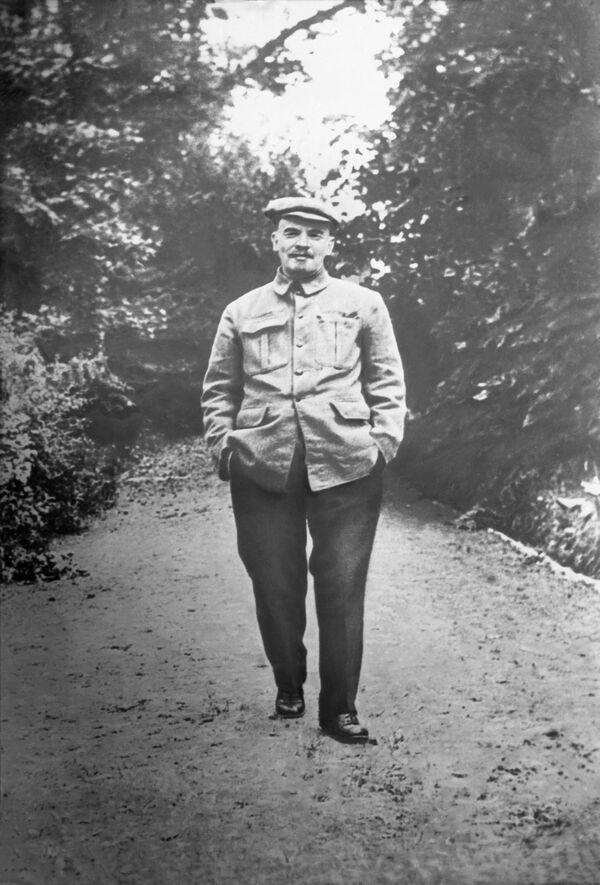 Владимир Ильич Ленин на прогулке в Горках