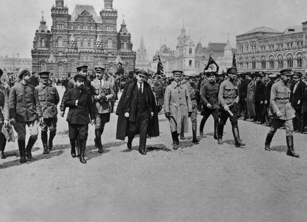 Владимир Ильич Ленин с группой командиров обходит строй войск Всевобуча. 25 мая 1919 года