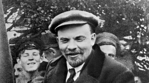 Владимир Ильич Ленин в автомобиле перед отъездом с Красной площади в День международной солидарности трудящихся. 1919 год