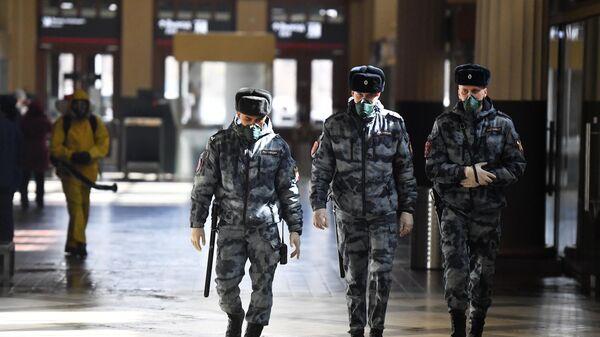 Сотрудники правоохранительных органов на Киевском вокзале в Москве