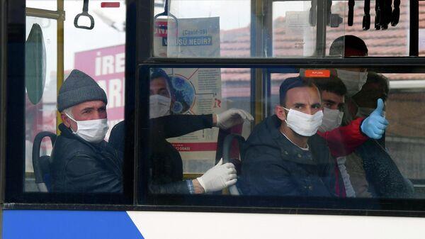 Освобожденные заключенные сидят в автобусе в Синджане под Анкарой, Турция