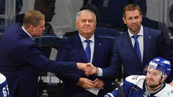 Владимир Воробьев, Владимир Крикунов и Юрий Бабенко (слева направо на втором плане) во время матча КХЛ
