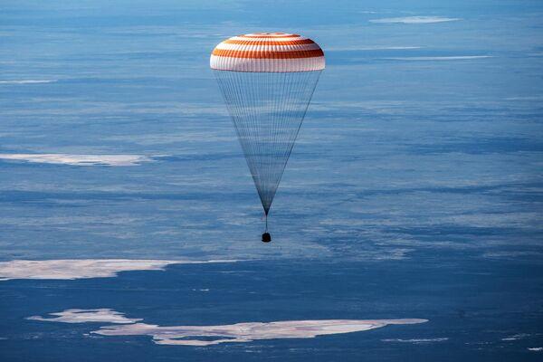 Посадка спускаемого аппарата транспортного пилотируемого корабля (ТПК) Союз МС-15 с тремя членами экипажа Международной космической станции в казахстанской степи
