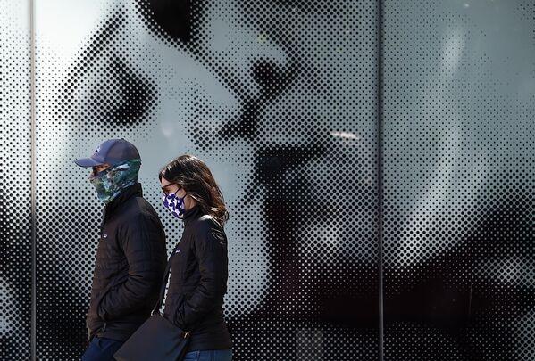 Пара в защитных масках на улице Нью-Йорка