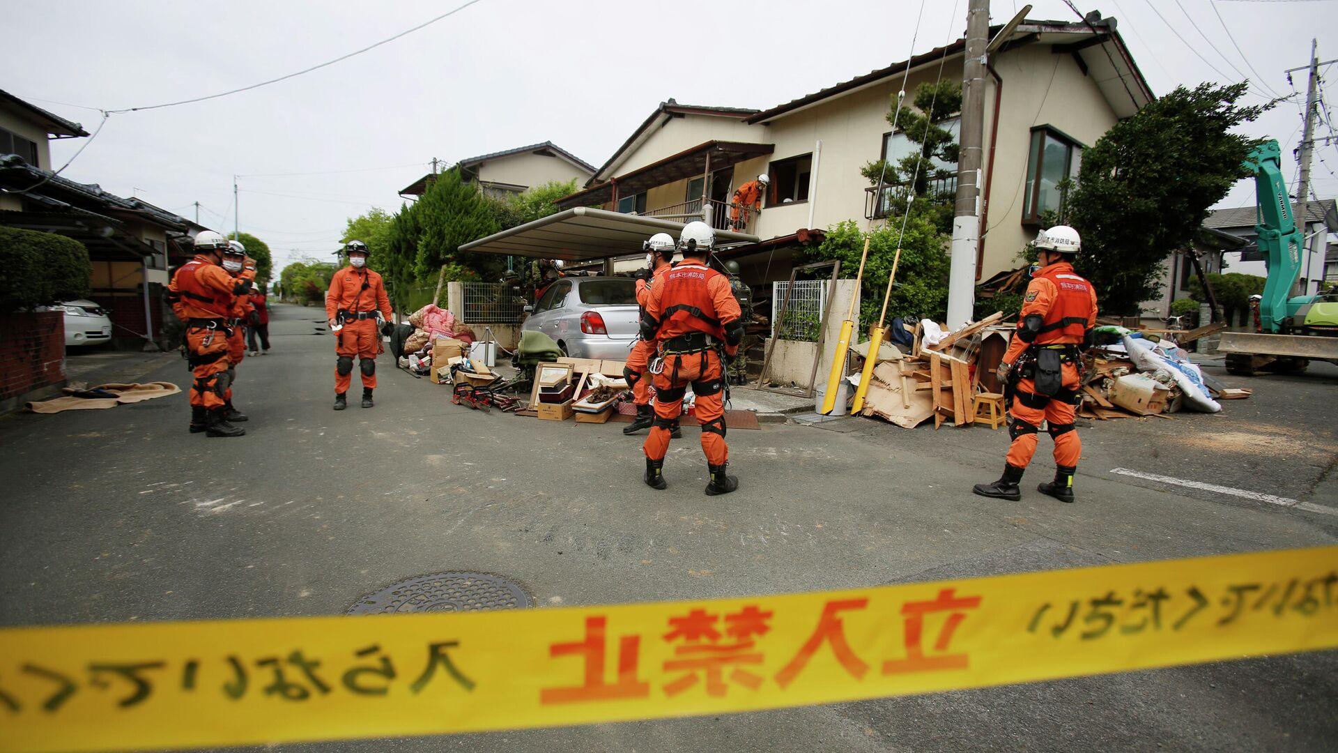 Спасатели у разрушенного дома в Японии - РИА Новости, 1920, 13.02.2021