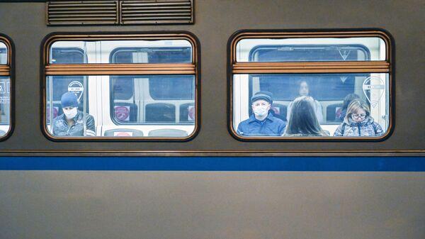 Пассажиры в поезде на станции метро Охотный ряд в период режима самоизоляции граждан в Москве
