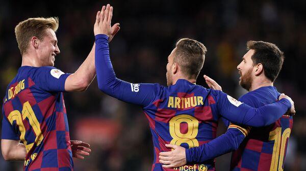 Футболисты Барселоны Френки Де Йонг, Артур и Лионель Месси (слева направо)