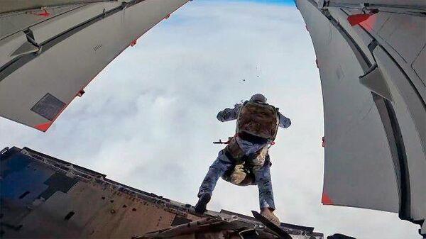 Российские десантники впервые высадились в Арктике