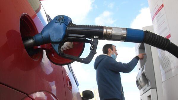 Мужчина оплачивает автомобильное топливо на одной из АЗС в Москве