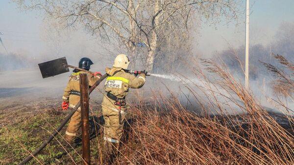 В пригороде Кургана остановили огонь, двигающийся в сторону заправочной станции и поселка Смолино